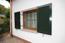 Hochqualitative Schüco-Fenster mit Alu-Fensterläden und Fensterbänken aus Granitstein