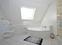 Großes taghelles Bad mit Eckwanne und Dusche - Öffnung der Veluxfenster elektronisch steuerbar