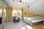Großzügiger Elternschlafraum mit Zugang zum Ankleidezimmer