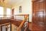 Lichtes Treppenhaus / Diele OG mit 2 großen Fenstern und Eichenparkett