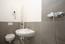 Waschtisch mit WC im Bad