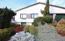 Frontansicht - Schlafräume im EG und Souterrain - Vorgarten mit hochwertigen Gehölzen