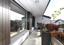 Überdachte Südterrasse vor dem Wohnraum mit Deckenbeleuchtung