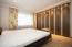 Elternschlafraum mit hochwertigen Einbauschränken, zusätzlich separater Schrankraum