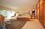 Elternschlafzimmer mit großer Fensterfläche zur Südterrasse; Durchgängig wandhoher Einbauschrank aus Eiche