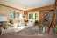 Living in Südwestlage mit großen bleiverglasten Fensterflächen und hochwertiger Eicheschrankwand