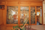 Blick auf die kunstvoll gestaltete Trennwand zwischen Essecke/Living