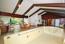 Blick von der Nordwand der Schwimmhalle auf die Südwestwand mit Sauna, Umkleide, WC, Duschraum und Durchgang zur Diele Richtung Schlafraum