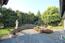 Südterrasse in Naturstein, Teichanlage und Grundstückseinfriedung