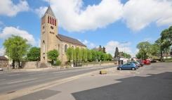 Zentralplatz in Mausbach mit Kirche unweit der Wohnung