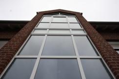 Attraktive Fassade mit  gläsernem Treppenturm