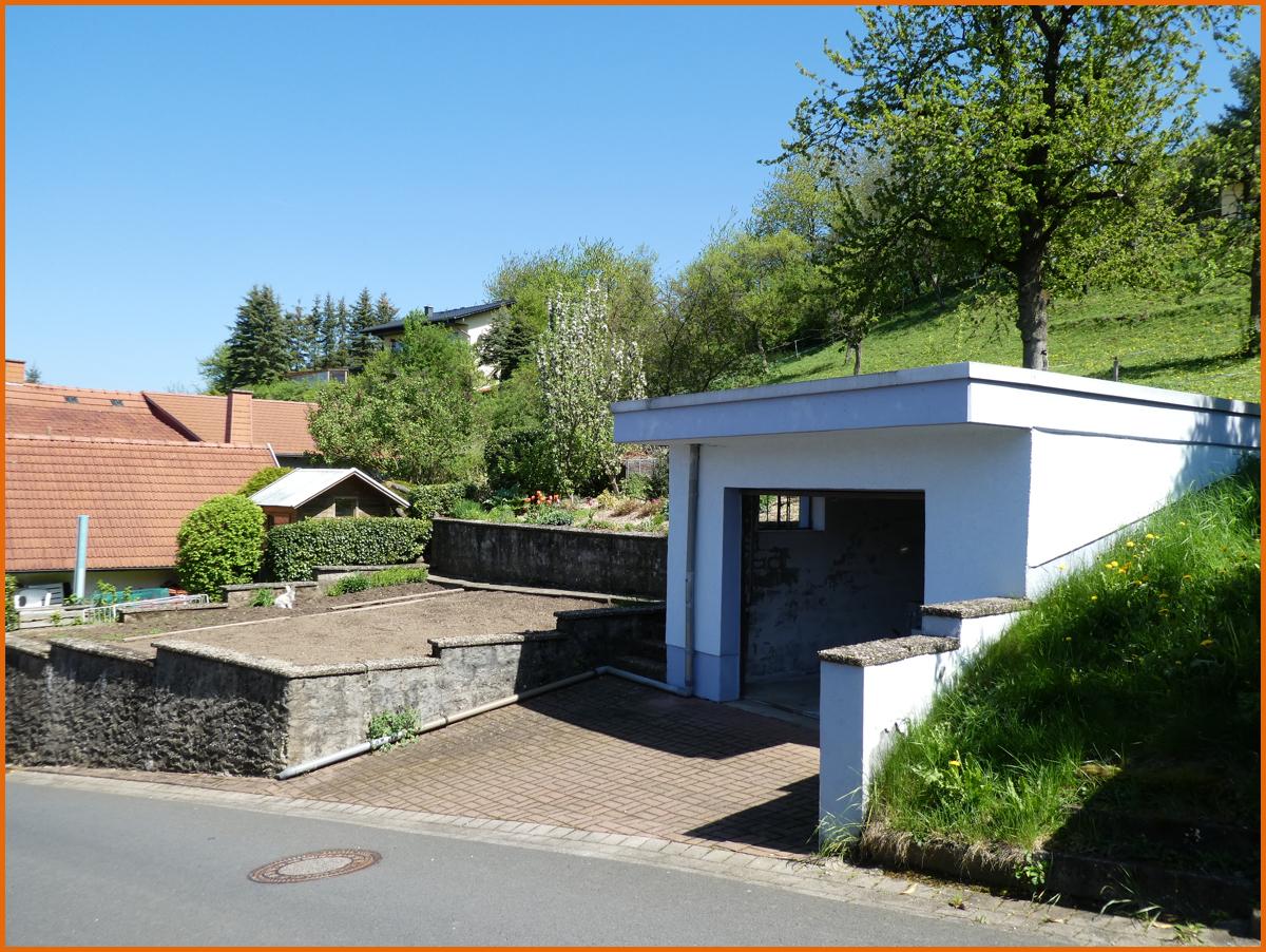 Garten mit KFZ Garage