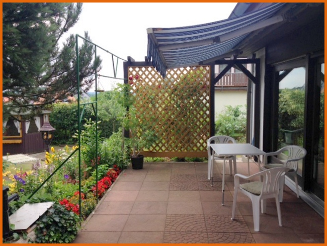 Terrasse mit Blick zum Gartenhaus