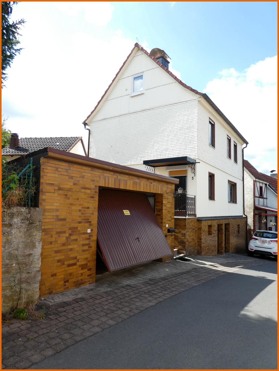 Straßenansicht mit Garage