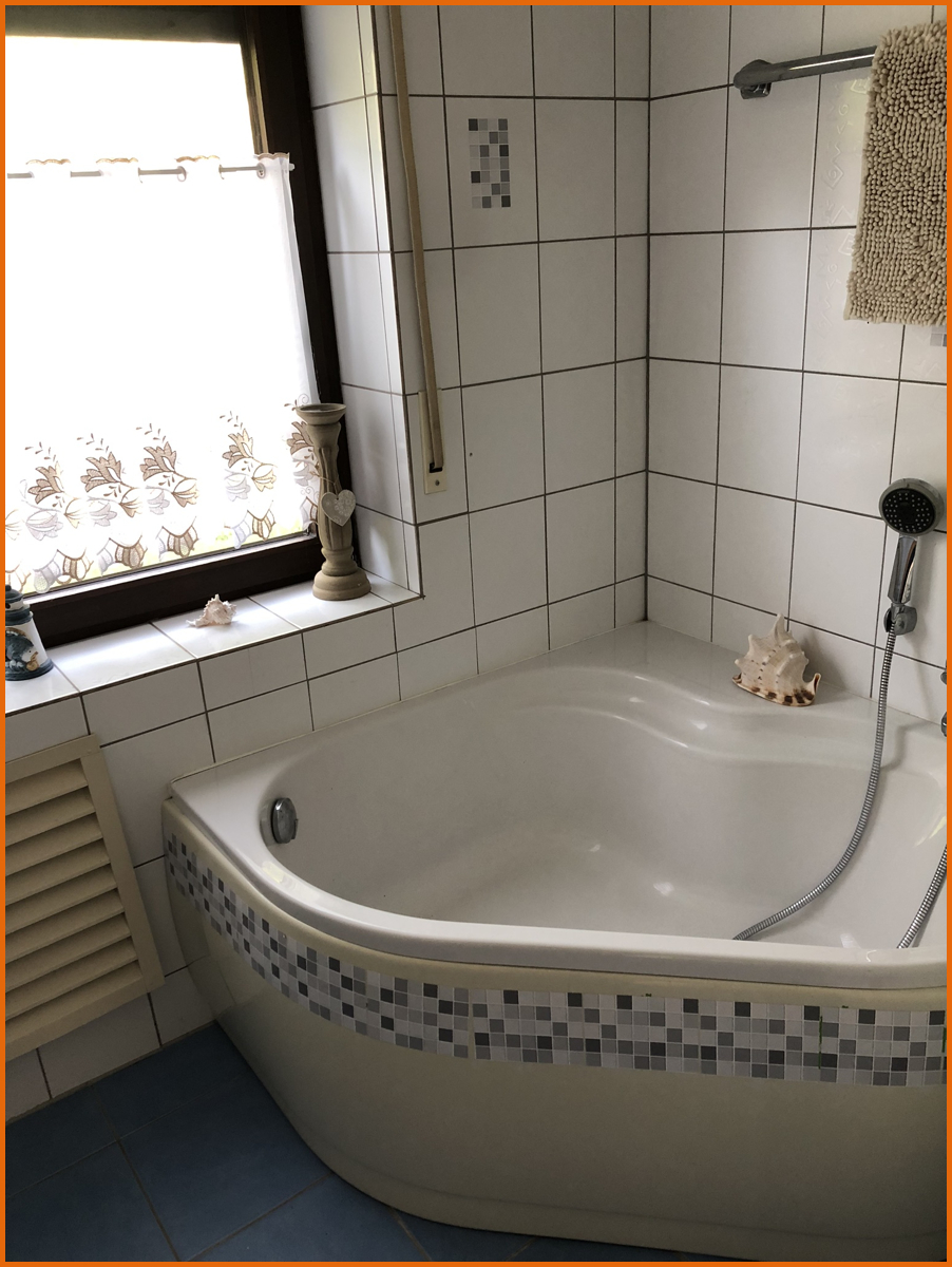 Badezimmer mit Badewanne und Dusche EG