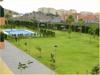 Blick auf Gemeinschaftsgarten mit Pool