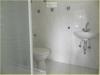 Badezimmer mit Dusche im Anbau