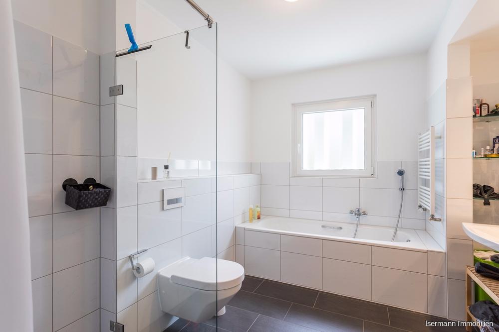 Modernes Tageslichtbad mit Dusche und Wanne