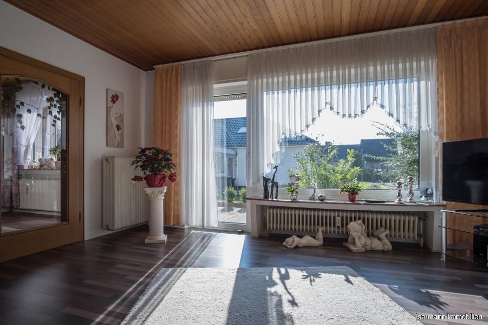 Das Wohnzimmer ist sehr schön belichtet...