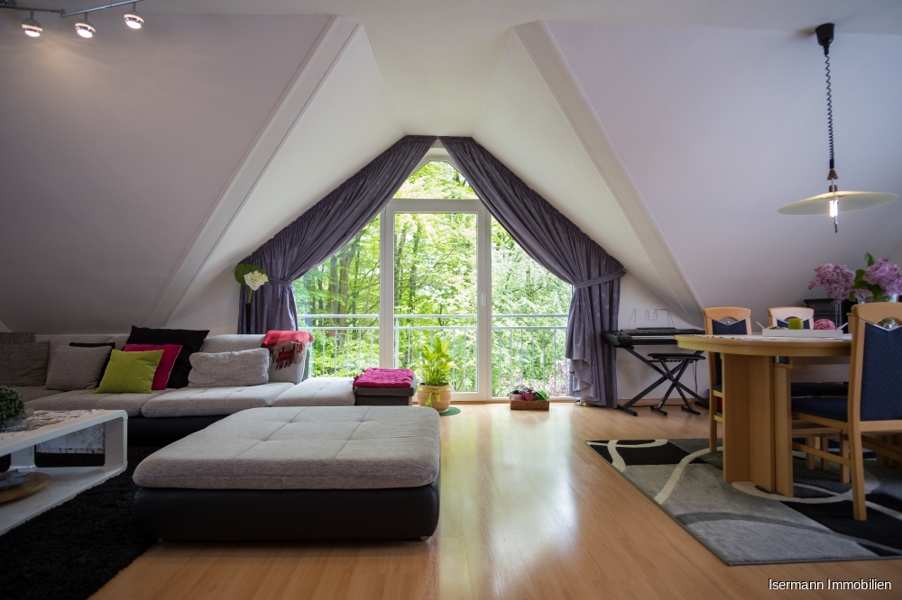 Der Wohn-/Essbereich ist von drei Seiten belichtet.