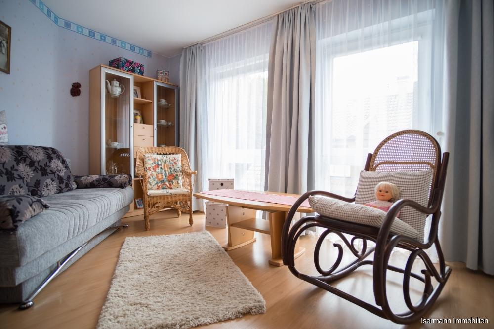 Gemütliches Gästezimmer mit bodentiefen Fenstern