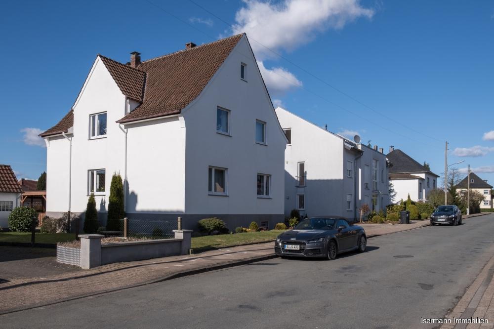 Die Immobilie liegt in einer ruhigen, nur von Anwohnern befahrenen Straße.