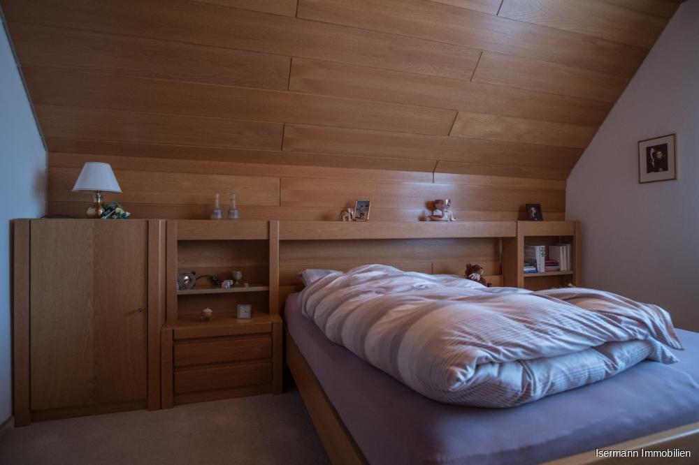 Die Wohnung im Obergeschoss verfügt über ein Elternschlafzimmer...
