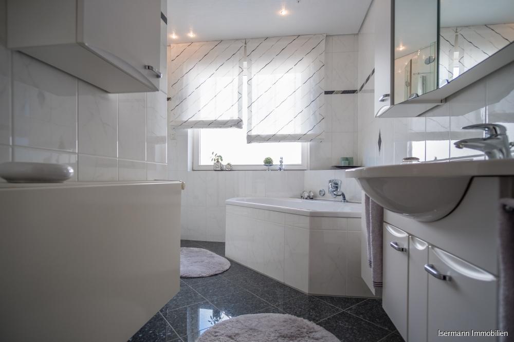 ...und mit einem hochwertigen antrazithfarbenen Granitboden ausgestattet.