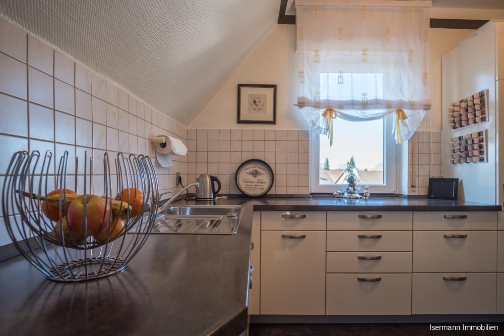 Die Küche grenzt praktischerweise an das Esszimmer.