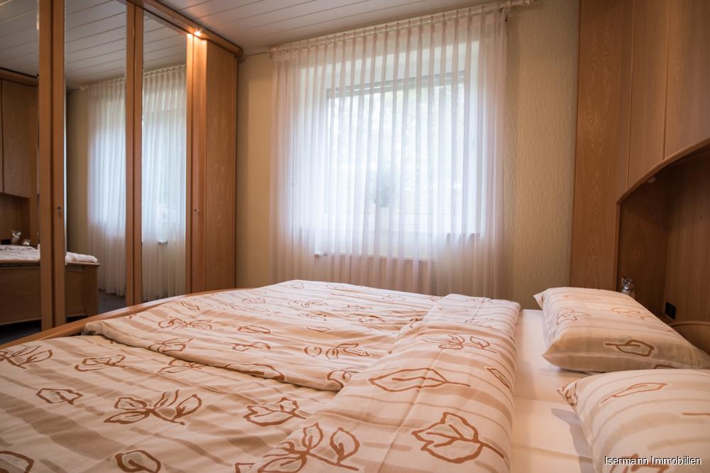 Im Elternschlafzimmer findet auch ein großer Kleiderschrank Platz.