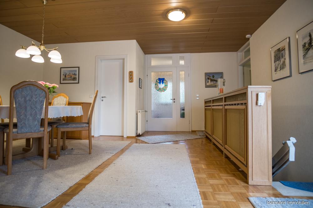 Vom Wohn-/Essbereich geht es auf die Terrasse und in den Keller.