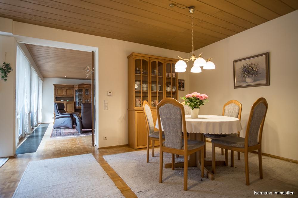 Das Esszimmer bietet ausreichend Platz für Familie und Gäste.