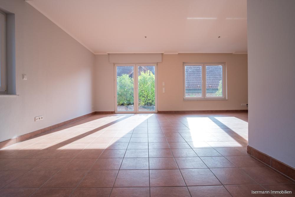 Das Wohnzimmer ist über zwei Seiten sehr schön belichtet.