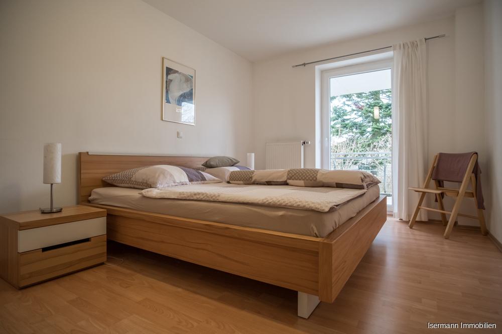 Zur Wohnung gehören ein gemütliches Schlafzimmer...