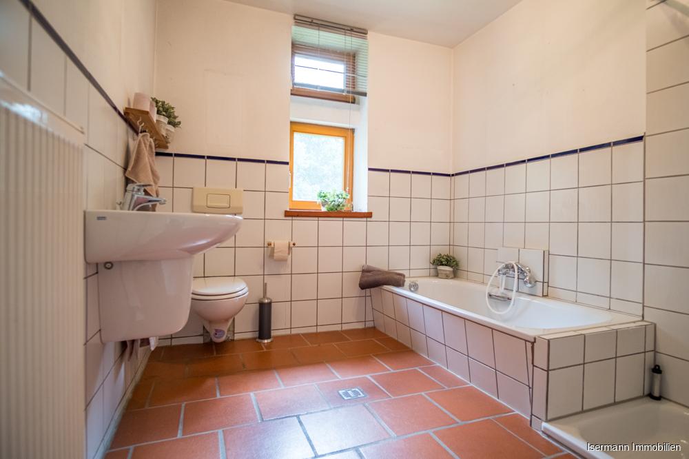 Das Tageslichtbad ist mit einer Wanne und einer Dusche ausgestattet.