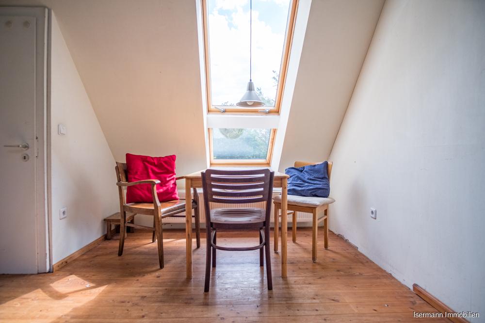 Die umfangreichen Dachfenster schaffen eine ganz besondere Atmosphäre.