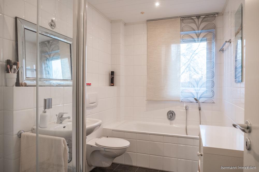 Das Tageslichtbad verfügt über eine Glasdusche und eine Wanne.