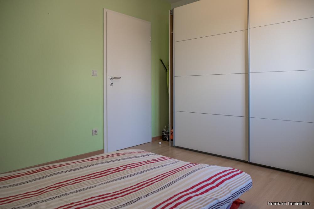 Der Raum bietet ausreichend Platz für Ihre Garderobe.