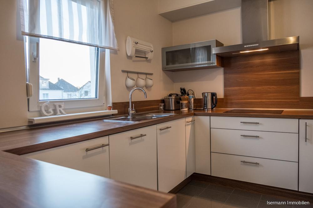 Die Küche bietet viel Platz zum Kochen und Essen.