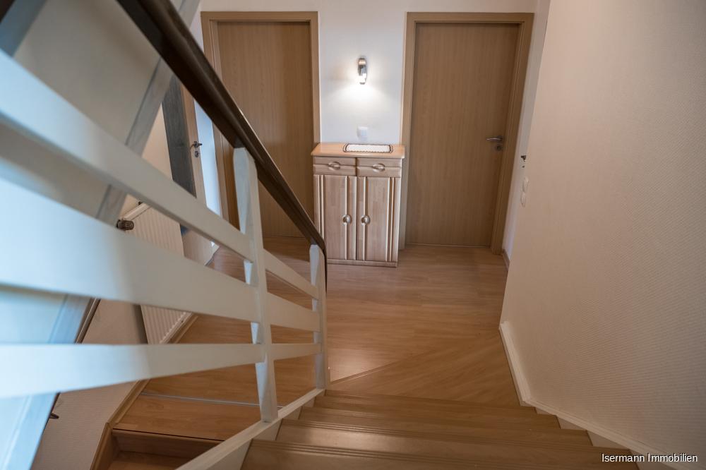 Flur, Türen und Treppe wurden zwischenzeitlich modernisiert.