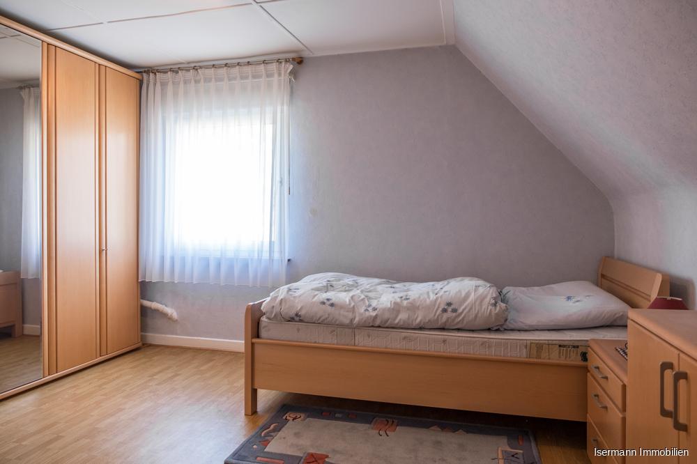 Im Dachgeschoss befinden sich zwei schön geschnittene Schlafzimmer.