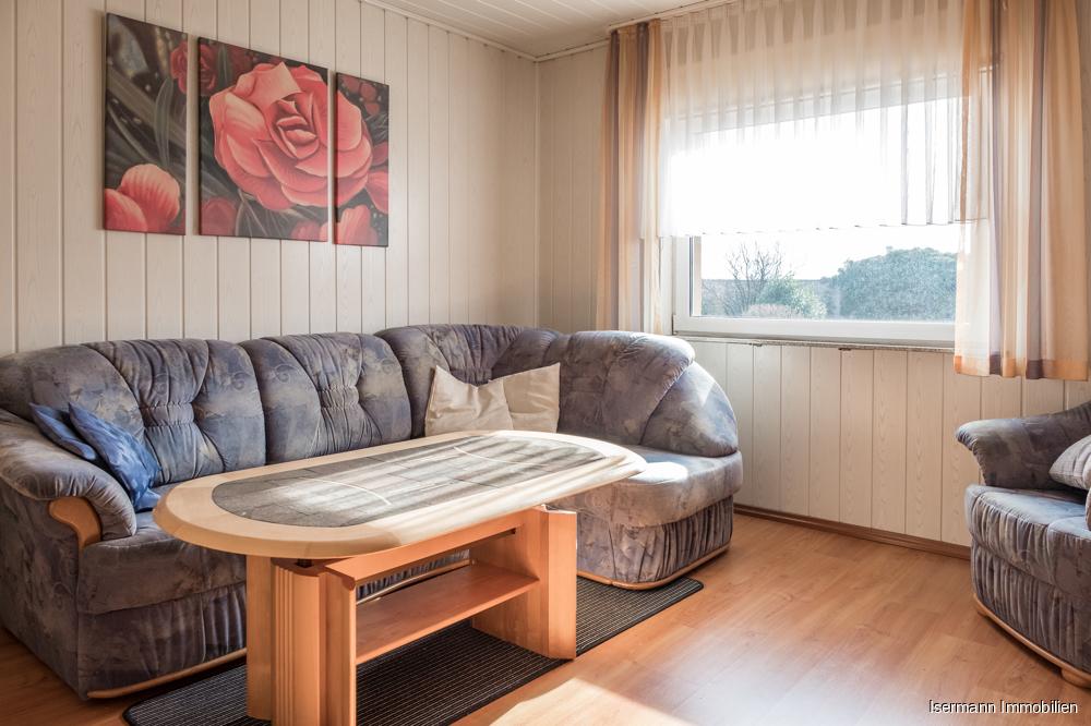 Gemütliches Wohnzimmer mit Blick in den Garten