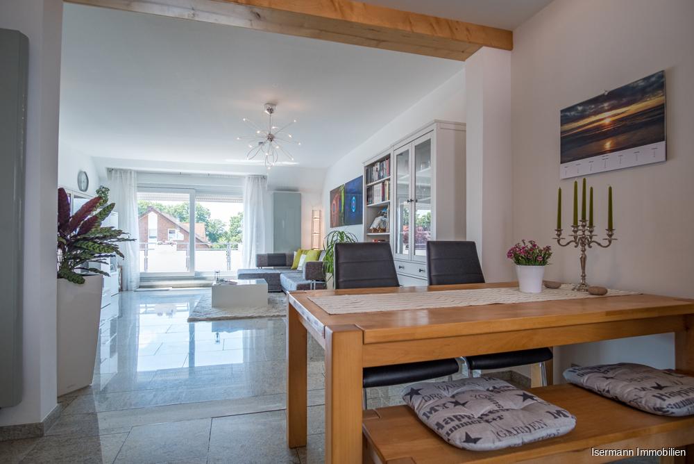 Der Wohn-/Essbereich ist mit hochwertigem Granit ausgestattet.
