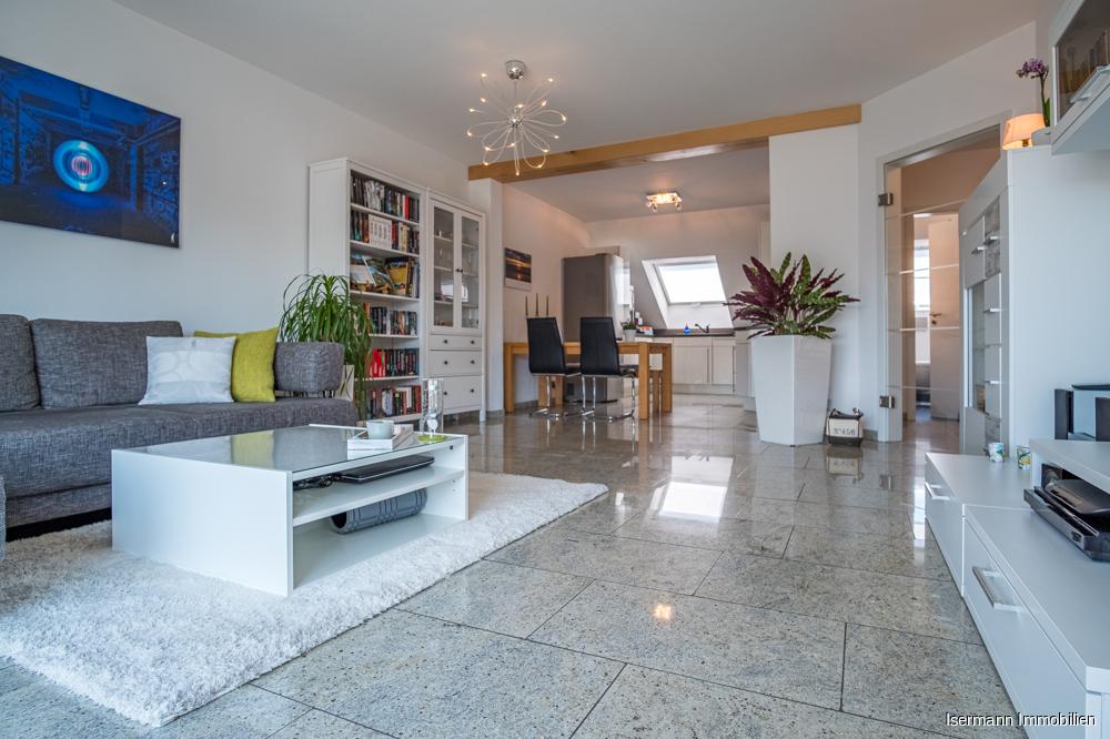 Blick vom Wohnzimmer in die offen gestaltete Küche