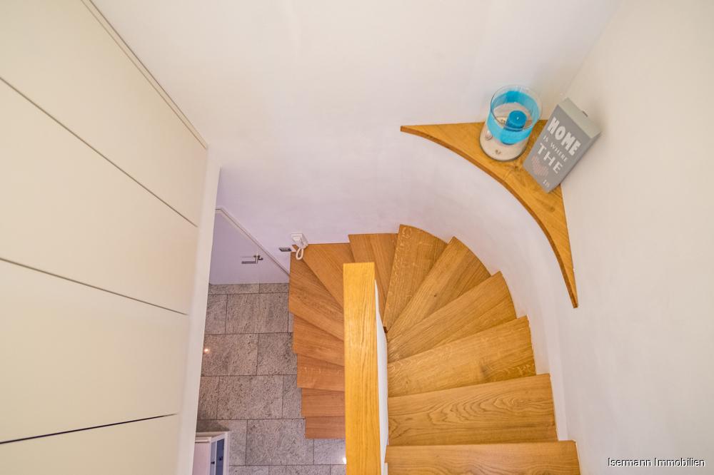 Die ausgefallene Treppe zum Spitzboden ist ein funktionales Design-Highlight.