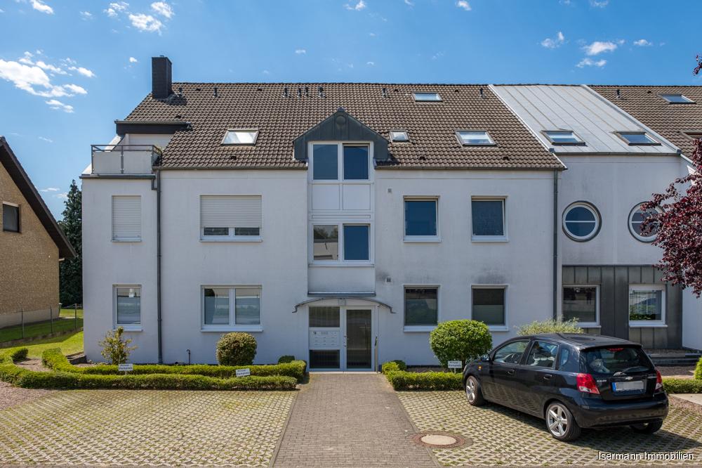 Das gepflegte Mehrfamilienhaus liegt in ruhiger zentraler Lage von Steinhagen.