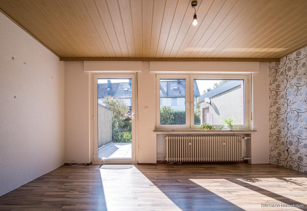 Sonnendurchflutetes Wohnzimmer mit Blick in den Garten
