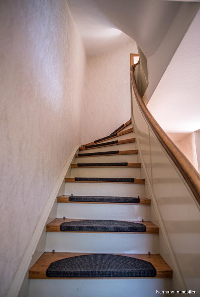 Eine hüsche Holztreppe im Stile der 50er Jahre führt Sie in das Dachgeschoss.