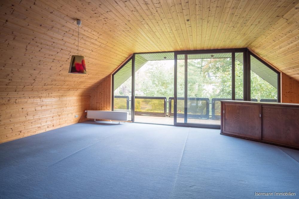Das gemütliche Wohnzimmer besticht durch seine Größe. Der Teppichboden ist inzwischen beigefarben.