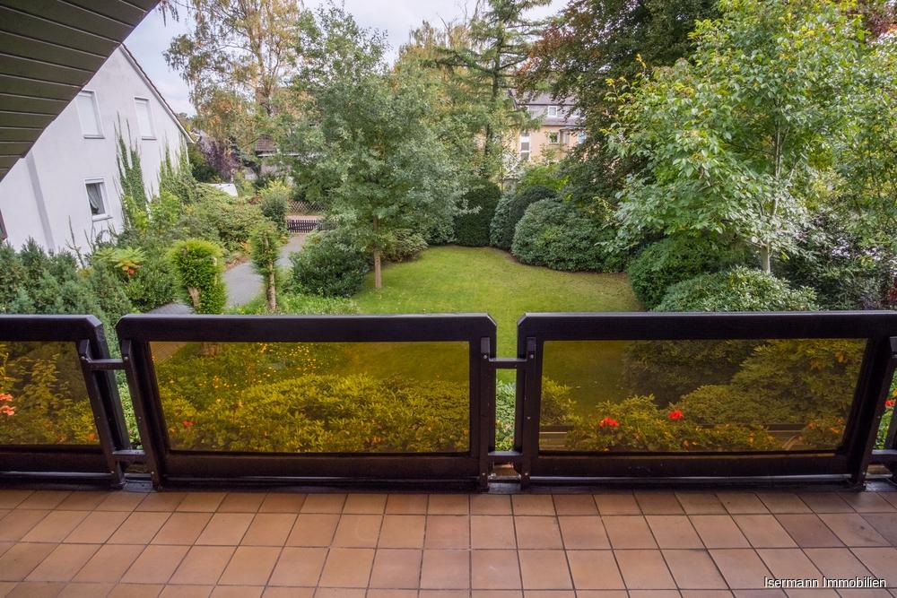 Genießen Sie von Ihrem Balkon einen schönen Blick in den gepflegten Garten.